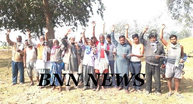 आवासीय इलाके में एचटी तार टांगने पर ग्रामीणों ने जताया विरोध
