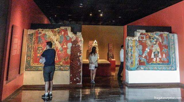 Reproduções de murais da Cultura Olmeca encontrados no Sítio Arqueológico de Cacaxtla, no Golfo do México