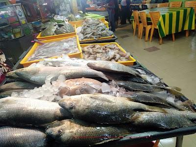 ikan-ikan dan seafood segar di Rohani Ikan Bakar