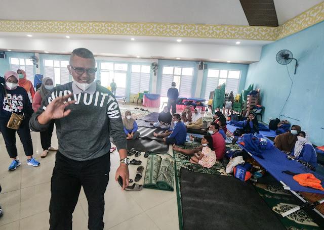 Bupati Bintan Meninjau Posko Tempat Korban Banjir Dievakuasi