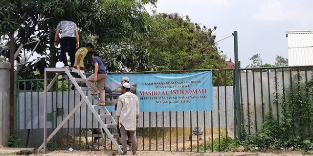 Jalan Masuk ke Masjid Ditutup Pihak Hotel, Warga Naik Tangga Demi Sholat Berjamaah
