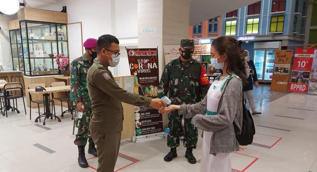 Babinsa Koramil 410-04/TKT bersama dengan Tim Satgas Covid 19, terapkan protokol kesehatan di Mall Chandra Antasari