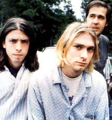 Foto de Kurt Cobain con compañeros de Nirvana
