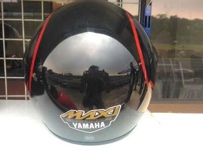 Helm bawaan Yamaha Lexi - Tampak Belakang