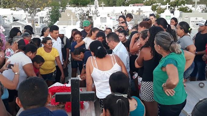 Comoção e tristeza no sepultamento de Witamara Cunha realizado na tarde dessa quinta, 17