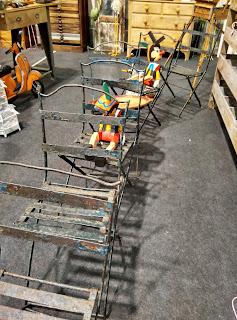 sillas vintage en el desembalaje de antiguedades de Arriondas