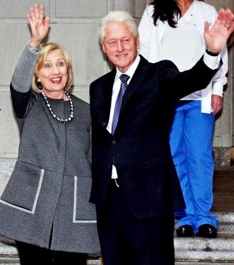 Foto de Bill Clinton saludando junto a Hillary Clinton