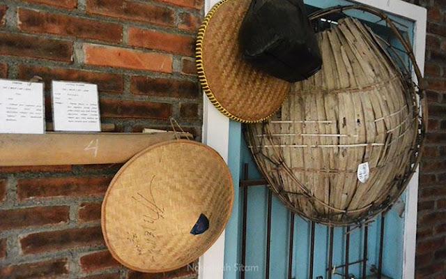 Caping; Topi yang terbuat dari anyaman bambu. Topi ini identik dipakai petani