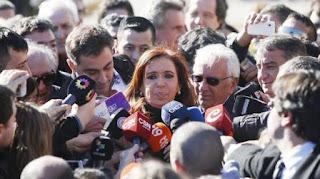 """Julián Ercolini ordenó un operativo en el Banco de Santa Cruz y dispuso """"franjar"""" las cajas de seguridad que estén a nombre de Cristina Kirchner. La medida fue confirmada hoy a LA NACION por fuentes judiciales vinculadas al caso."""