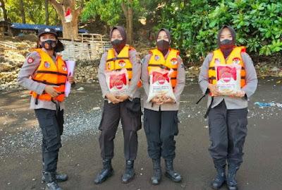 Baksos di Pantai Pancer, Polwan Polres Jember Bagikan 200 Paket Sembako Kepada Masyarakat