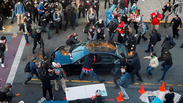 Un atacante arremete con su coche a manifestantes en EEUU y dispara