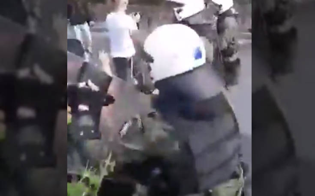 ΑΣΟΕΕ: Βίντεο δείχνει άνδρα τον ΜΑΤ να σπρώχνει και να κλωτσάει νεαρή διαδηλώτρια