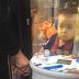 """Menino de 3 anos tenta """"roubar"""" bichinho de pelúcia e precisa ser resgatado em fliperama"""