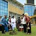 Go Green, OSO Tanam Pohon di Halaman Rektorat UNP