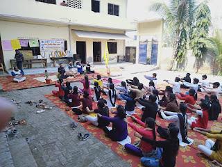 स्वयंसेवकों को दिया गया योग का प्रशिक्षण   #NayaSaberaNetwork