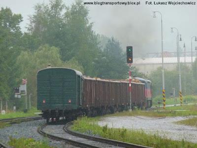 Lokomotywa 751.119-9 ze składem towarowym odjeżdża ze stacji Jesenik