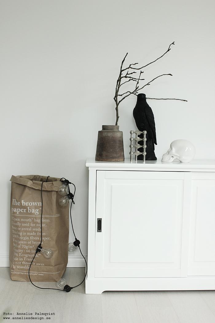 le sac en papier, brun papperspåse, förvaring, förvaringspåse, lampor, lampa, falk, falkar, falken, fågel, fåglar, vas, äppelkvist, äppelkvistar, äppel, kvist, kvistar, nagel ljusstake, dödskalle, webbutik, webbutiker, webshop, inredning, inredningen, annelies design, nettbutikk, nettbutikker, detaljer, skänk, em möbler, svart och vitt, natur, svartvit, svartvita,