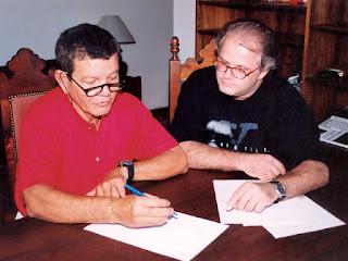 A. J. Gevaerd (À direita) entrevista o coronel Uyrangê Hollanda, que comandou a Operação Prato secretamente na ilha de Colares, no Pará