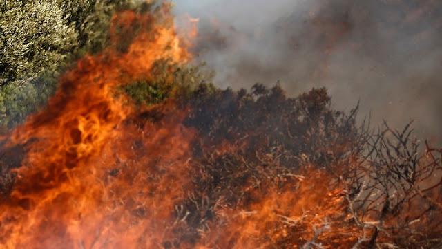 Έντονη μυρωδιά καμένου στην Αργολίδα από μεγάλη φωτιά στο Χιλιομόδι Κορινθίας