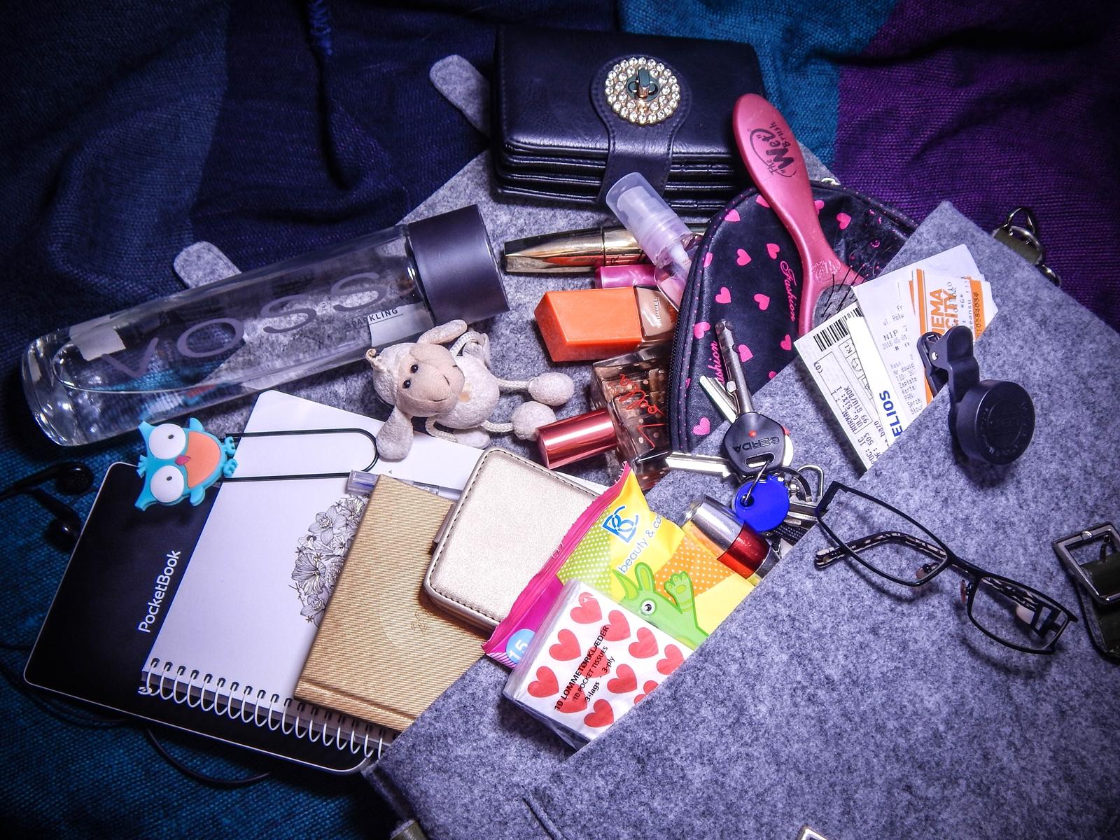 a szara filcowa listonoszka manzana co jest w mojej torebce liebster blog award melodylaniella jesienne torebki