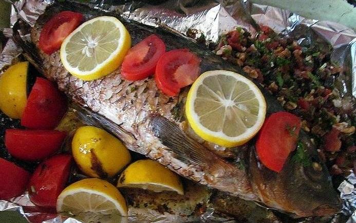 Фаршированная рыба  с изюмом и рисом (французский рецепт)