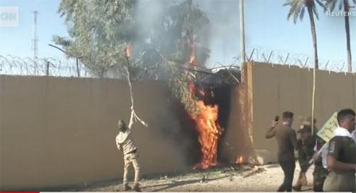 MENYERBU : Para pemrotes Irak mencoba menyerbu Kedutaan Besar AS di Baghdad pada hari Selasa.  Photo courtesy CNN.COM