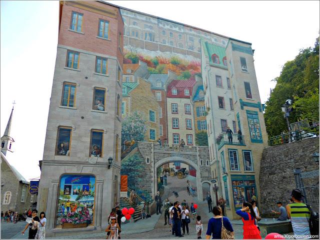 Fresque des Québécois en la Place-Royale del Viejo Quebec