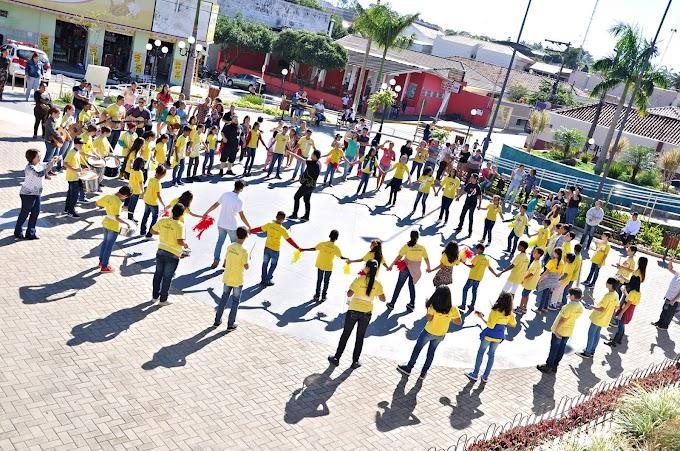 Alunos do Projeto Guri vão às ruas no Dia da Música