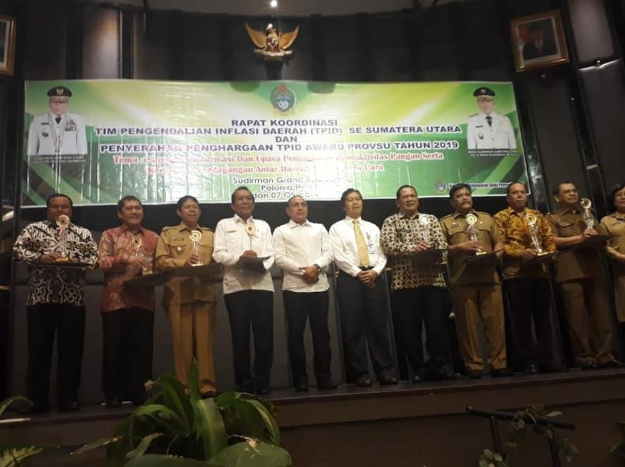Wakil Bupati Tapanuli Utara, Sarlandy Hutabarat menerima penghargaan sebagai Pemerintah Daerah dengan Tim Pengendali Inflasi Daerah (TPID).