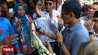 Sandiaga Salahuddin Uno memotong rangkaian bunga tanda diresmikannya Roemah Djoeang Kabupaten Lamongan, di jalan Basuki Rahmad nomor 113, Selasa (4/12/2018).