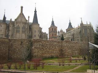Muestra'l Palaciu de Gaudití y la Catedral d'Estorga tres la sua muralla romana