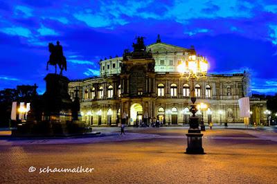 Die Dresdner Semperoper bei Nacht