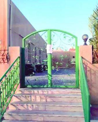 """غلق مسجد بالخبر عقب اشتباه مخالطة الإمام لمصاب بـ""""كورونا"""""""