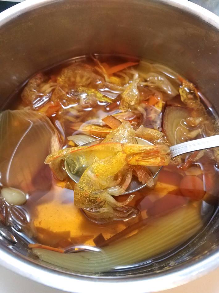Fondo de camarones hecho con cáscaras de los camarones y restos de verduras como zanahoria, cebolla y célery
