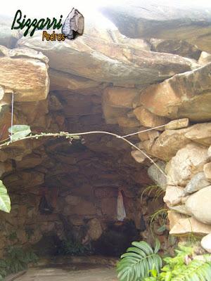 Detalhe da construção de gruta de pedra de Nossa Senhora de Fatima, com esse tipo de pedra moledo, tipo chapão de pedra para fazer o fechamento da gruta.