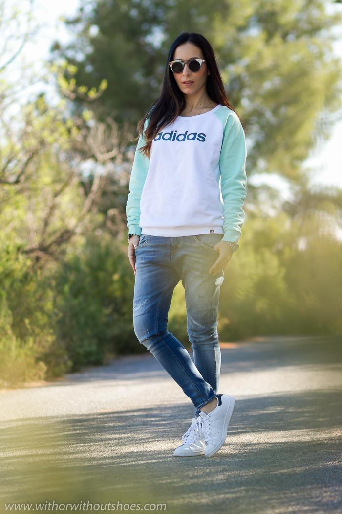 Blogger de moda española con look comodo deportivo casual