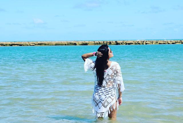 mulher no mar azul