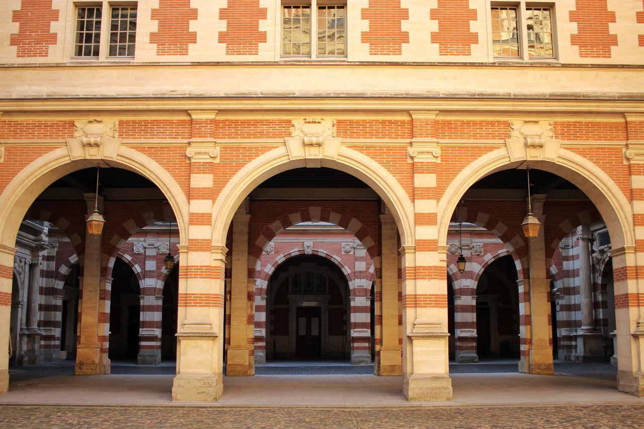 Arcos do pátio Henri IV no Capitólio de Toulouse.