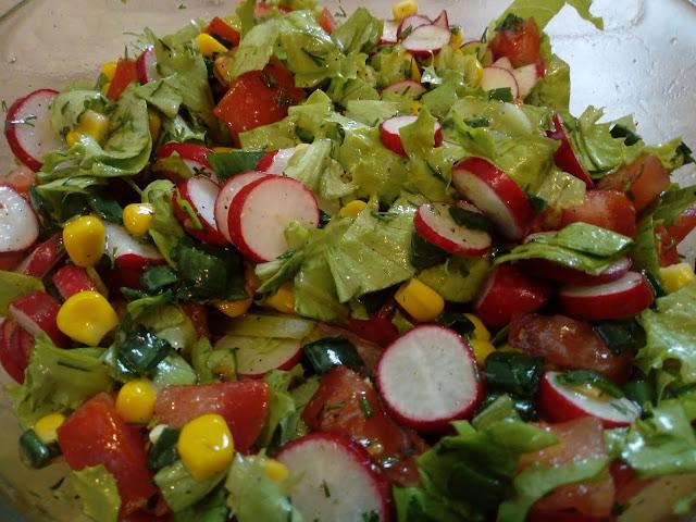 salatka w sosie koperkowym salatka z nowalijek salatka do grilla salatka grilowa salatka z rzodkiewka salatka z kukurydza salatka bez majonezu salatka z vinaigrettem