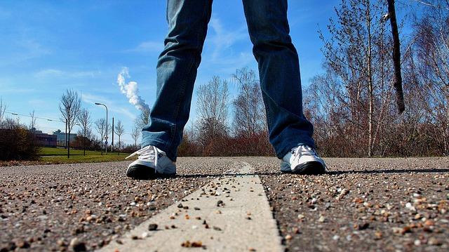 Berjalan kaki dari gerbang kampus ke fakultas bisa menghemat uang saku lho. Syukur-syukur ada fasilitas bis atau sepedah dari kampus