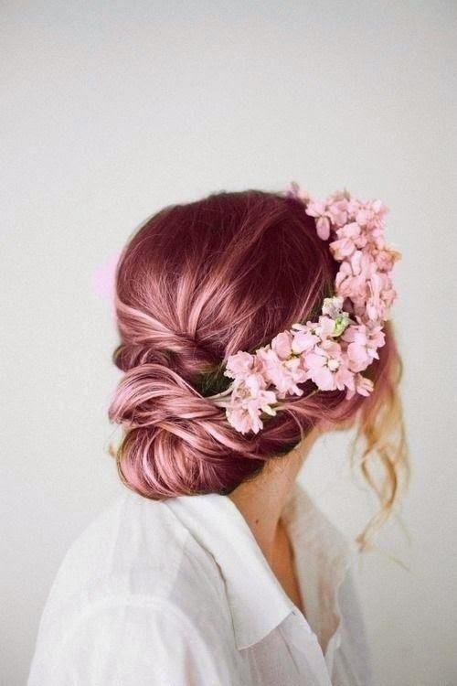 Coque com cabelo rosa com flores de enfeite