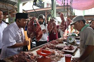 Bapak Walikota Tanjungbalai Saat Berbincang dengan pedagang daging di pasar suprapto