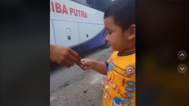 Anak tunggu bapak di pinggir jalan (tiktok)