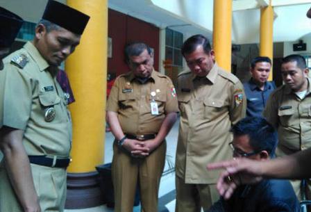 Walikota Pekanbaru Firdaus dan Wakil Walikota Pekanbaru, Ayat Cahyadi sidak PNS di hari pertama masuk kerja pasca lebaran