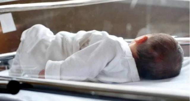 Медсестра забыла покормить отказного малыша, и он тихонько плакал один