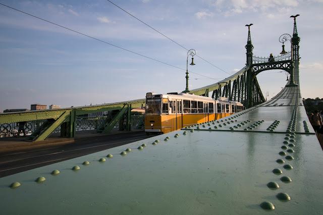Tram sul Ponte della libertà-Budapest
