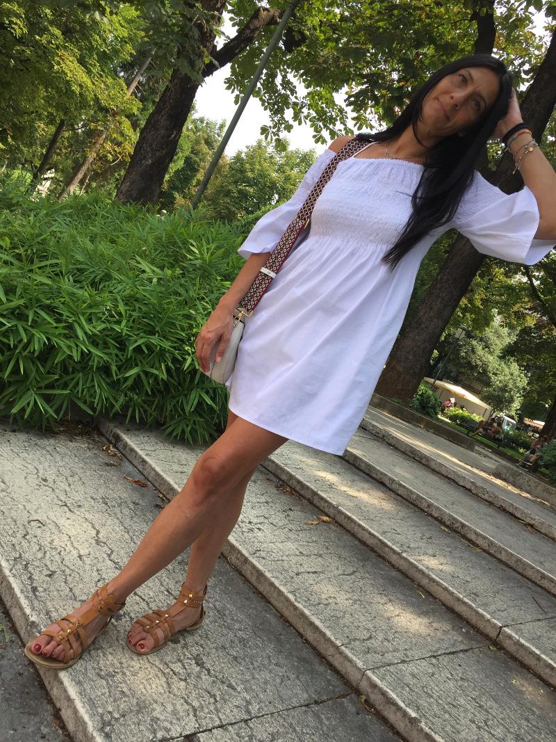 look, vestito bardot, scollo bardot, abito scollo bardot, abito bianco, come abbinare vestito bianco, paola buonacarea, themorasmoothie, vestito estito, summer dress, bardot dress, outfit estivo