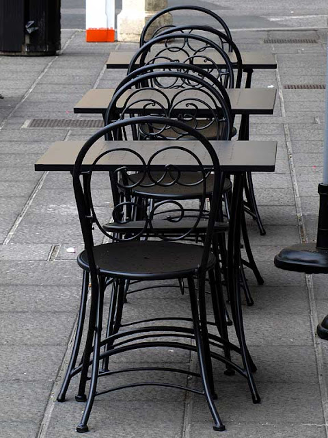 Sidewalk chairs and tables, La stüa Inn, via Magenta, Livorno
