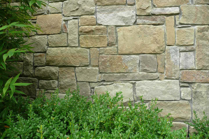 Squared rubble masonry uncoursed