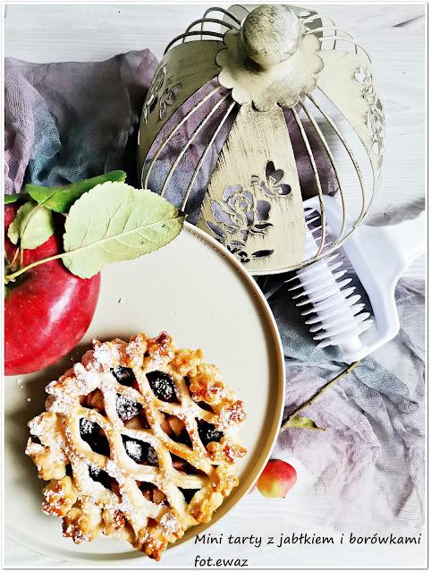 Mini tarty z jabłkiem i borówkami